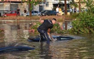 Palermo, la foto simbolo del poliziotto che soccorre gli automobilisti intrappolati dall'acqua