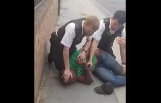 Londra, ginocchio sul collo durante l'arresto di un cittadino nero: agente sospeso