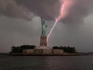 New York, spettacolare scarica di fulmini si abbatte sulla Statua della Libertà