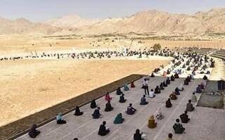 A terra, sotto il sole per l'esame di ingresso all'università, il covid non ferma i giovani afghani