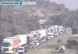 Incidente A1, scontro tra tre camion: un ferito grave, traffico in tilt con 13 chilometri di coda