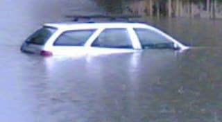 Maltempo, Veneto flagellato da vento e pioggia: bimbo prigioniero dell'auto in mezzo all'acqua