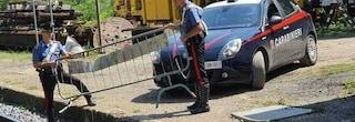 Parma, devasta la stazione e lancia tre transenne sui binari: carabiniere evita l'impatto col treno