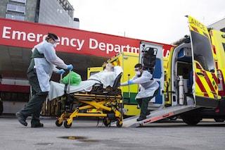 Il Regno Unito cambia il metodo di conteggio delle vittime: 5mila morti in meno per il covid
