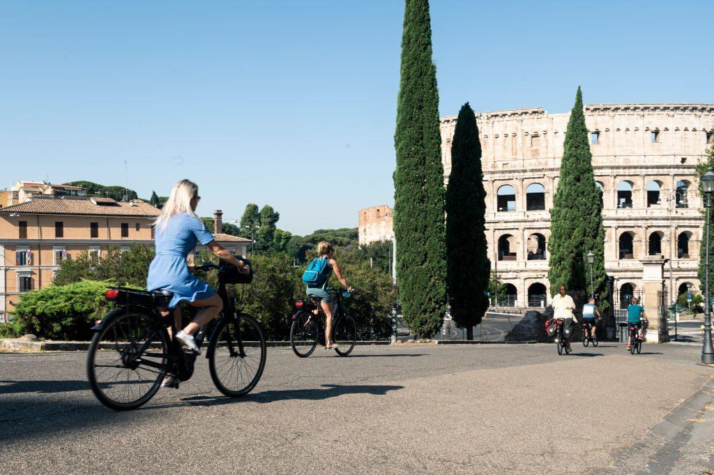Turisti in bicicletta a Roma nell'estate post pandemia