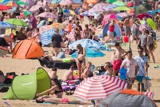"""""""Raduno in campeggio per diffondere il Covid"""": la polizia sgombera una spiaggia a Tenerife"""