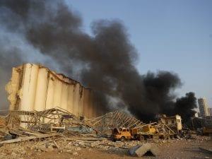 Il fumo e le fiamme dopo l'esplosione al porto di Beirut.
