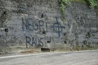 Scritta razzista davanti a un'azienda multiculturale: società risponde con striscioni ai cancelli