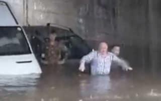 Potenza, bomba d'acqua sulla città: strade allagate e auto intrappolate