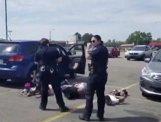 Usa, polizia ammanetta famiglia afroamericana con 4 minori: pensavano che la loro auto fosse rubata