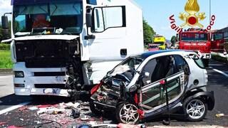 Smart tenta il sorpasso e si scontra con un camion: due ferite gravissime e strada chiusa