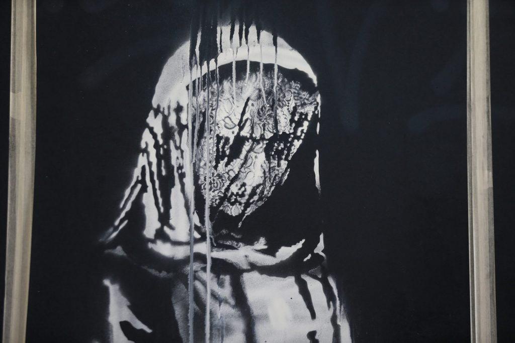 L'opera di Bansky sulla porta del Bataclan a Parigi