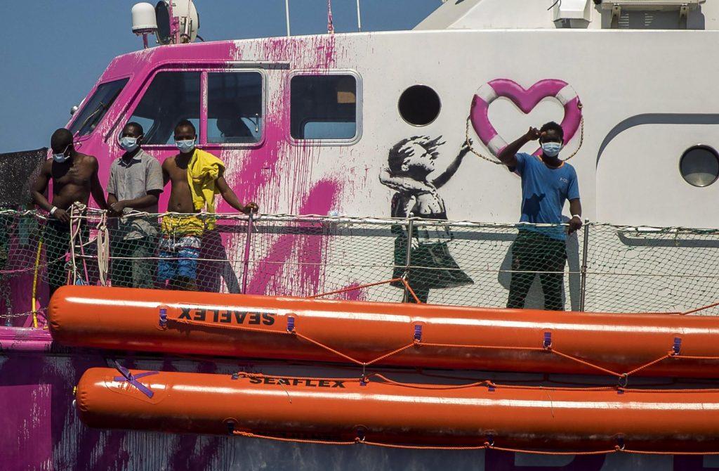 La nave finanziata da Banksy per il salvataggio di migranti in mare