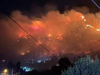Incendio ad Altofonte, vicino Palermo, paura nella notte: evacuate 400 persone