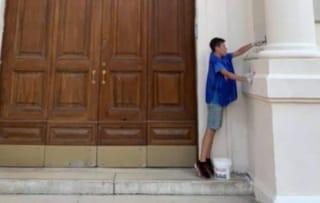 Bari, a 11 anni offre il suo aiuto per imbiancare i muri della scuola