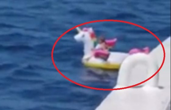 Bimba alla deriva su un unicorno gonfiabile: salvata da un traghetto