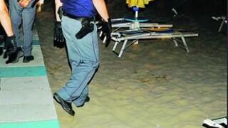 """Rimini, 15enne stuprata dal branco in spiaggia: """"Sono spuntati all'improvviso e mi sono saltati addosso"""""""