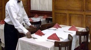 """Follia al ristorante, il cliente al cameriere di colore: """"Non mi devi servire perché sei nero"""""""
