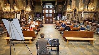 Torino, i banchi non sono ancora arrivati: il primo giorno di scuola si fa in chiesa