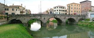 Vicenza, macabra scoperta sull'argine del fiume: passanti scoprono cadavere di un uomo