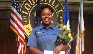 Breonna Taylor uccisa dalla polizia in casa a Louisville, famiglia risarcita con 12 milioni di dollari