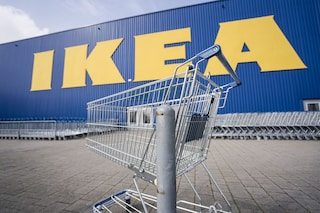 Pizzo di 10 euro al giorno sui carrelli nel parcheggio dell'Ikea di Bari: arrestati padre e figli