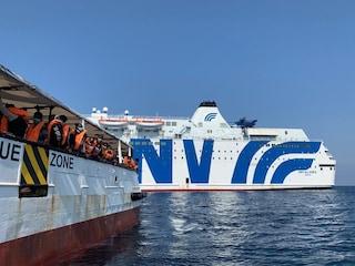 Migranti, l'Italia autorizza lo sbarco della Open Arms: 140 persone andranno su nave quarantena