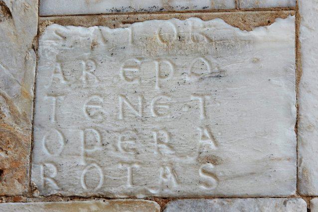 Quadrato del SATOR sul fianco nord del Duomo di Siena