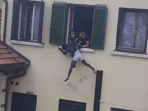 Si getta dal terzo piano per fuggire, 23enne preso al volo e salvato dalla polizia locale a Schio