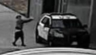 Agguato contro agenti nella volante a los Angeles: caccia all'uomo e taglia da 100mila dollari