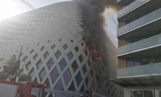 Libano, nuovo incendio a Beirut devasta palazzo sul lungomare