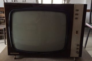 Pensionato accende la vecchia tv ogni giorno e manda in tilt la banda larga dell'intero paese