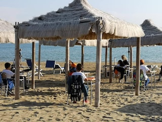 La scuola anti-Covid: a Vasto lezioni in spiaggia, sotto l'ombrellone e vista mare