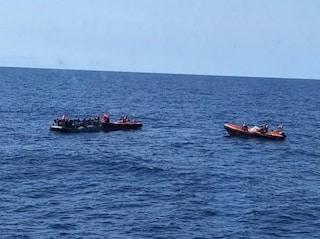 """Emergency denuncia: """"Malta e Italia hanno negato l'evacuazione medica a 9 migranti sulla Open Arms"""""""