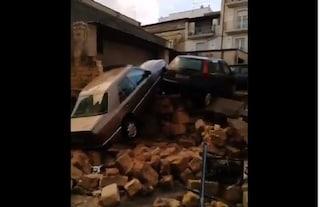 Nubifragio e grandine ad Altamura: crolla un muro che travolge due auto, strade come fiumi in piena