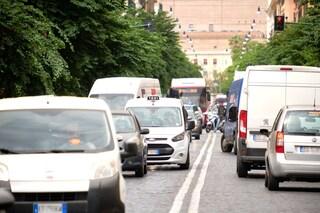 Distratti, senza cintura e sempre al cellulare: gli automobilisti fotografati sulla A4