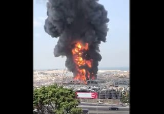 Libano, vasto incendio al porto di Beirut a un mese dall'esplosione che ha ucciso 200 persone
