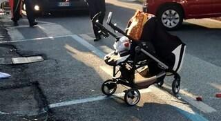 """Mamma abbandona il figlio di 3 mesi al bancomat nel passeggino: """"Il padre non mi dà neanche 5 euro"""""""