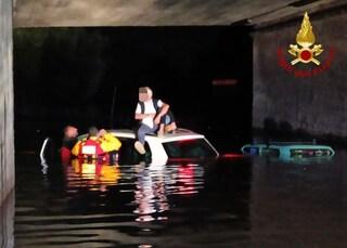 Maltempo a Bologna, due famiglie intrappolate in auto dall'acqua alta: salvate dai Vigili del fuoco