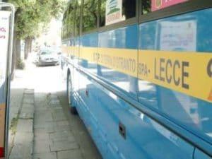 Ripartono col bus dopo la giornata in spiaggia a Lecce ma dimenticano il figlio di 3 anni