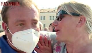 La deputata Cunial senza mascherina tenta di baciare il giornalista dicendo che il virus non esiste