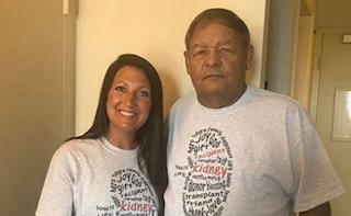 Lui la arresta e la manda in carcere più volte, anni dopo lei lo salva donandogli un rene