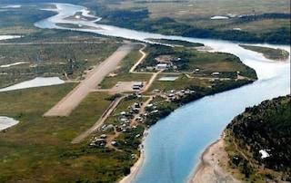Alaska, ragazza sta male: l'intera città esce in strada e illumina la pista per l'aereo di soccorso