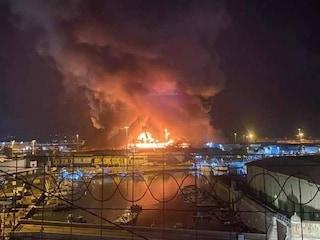 """Ancona, vasto incendio al porto. Nube nera in cielo, il Comune: """"State a casa, chiudete le finestre"""""""