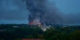 """Enorme incendio in ditta di rifiuti ad Aviano: """"State a casa con le finestre chiuse"""""""