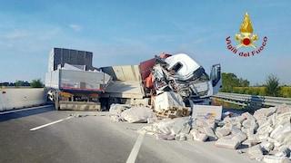 Incidente in A4, camion si ribalta e perde sacchi di cemento: autostrada chiusa