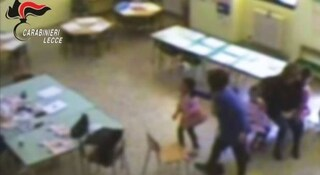 """""""Fai schifo, ti spezzo le ossa"""", maestra d'asilo a processo a Lecce per maltrattamenti sui bimbi"""