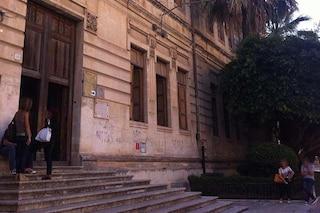 Paura a Modica, finestra si stacca a scuola e crolla su una studentessa: ferita alla testa