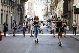 Arrivano le regole per guidare i monopattini in città: casco per i minorenni e limite di velocità