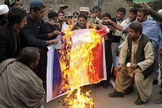 Pakistan, scoppia la protesta per le vignette di Charlie Hebdo su Maometto: bruciata la bandiera francese